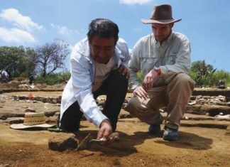 Germán Ramírez Jiménez (left) excavates a brick inside a structure as Lane Fargher looks on. Credit: Lizzie Wade.